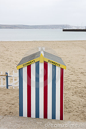 Cabana colorida da praia do passeio do asno