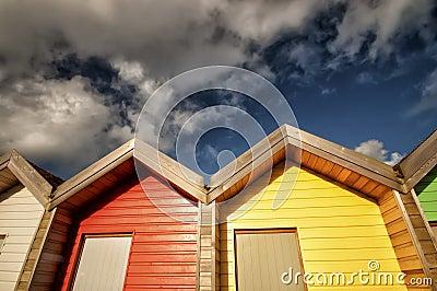 Cabanas vermelhas & amarelas da praia
