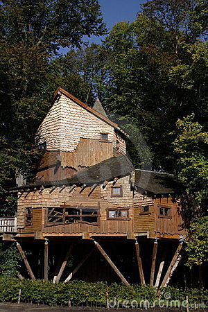 Cabane dans un arbre de jardin d 39 alnwick photos libres de for Grande cabane jardin
