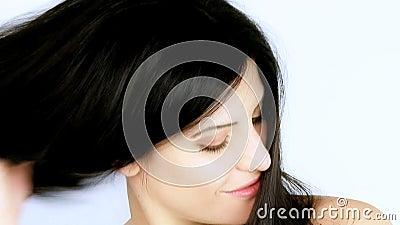 Cabelo longo lindo que está sendo escovado pelo modelo fêmea