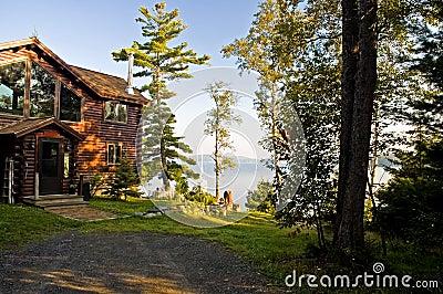 Cabina de registro de lujo en un lago