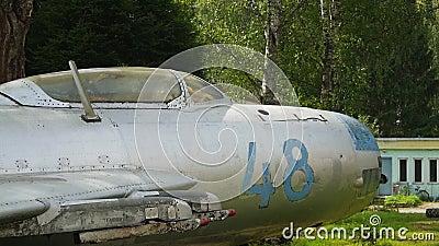 Cabina di pilotaggio e fusoliera anteriore di un MIG 19 archivi video