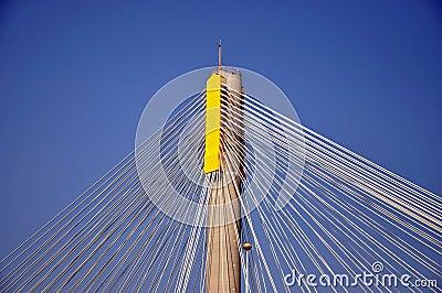Cable de acero en el poste del puente