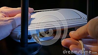 Cabos da conexão ao roteador de WiFi vídeos de arquivo
