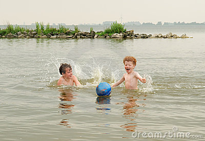Cabritos de la diversión en agua