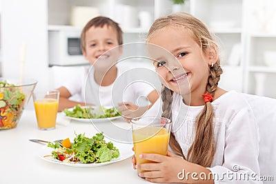 Cabritos que comen una comida sana