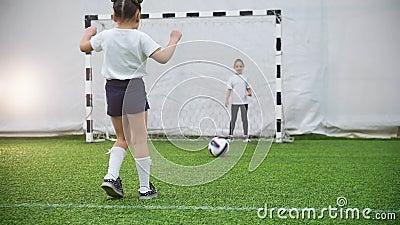 Cabritos que juegan al balompié Un retroceso del niño la bola pero el portero protege las puertas almacen de video