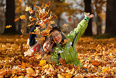 Cabritos que juegan en parque del otoño