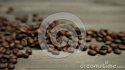 Cacerola sobre los granos de café a una taza preparada fresca de café express almacen de metraje de vídeo