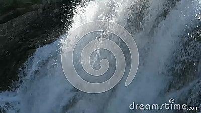 Cachoeira de fluxo de Kuyguk no dia ensolarado ?gua de queda claro Montanhas de Altai, Sib?ria, R?ssia vídeos de arquivo