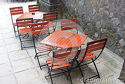 Cadeiras e tabelas de madeira