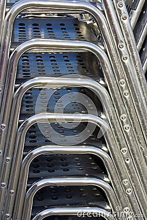 Cadeiras empilhadas