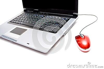 Caderno de prata com rato do computador