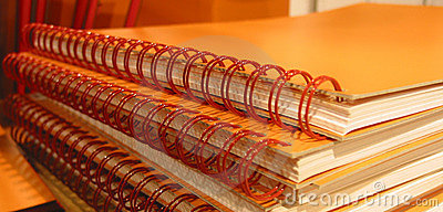 Cadernos alaranjados