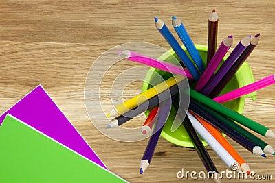 Cadernos com lápis da coloração