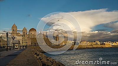 Cadiz-Kathedrale und -Skyline unter Cumulonimbus-Spanien-Time Lapse stock footage