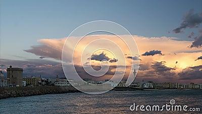 Cadiz-Skyline unter Cumulonimbus-Spanien-Time Lapse stock video footage