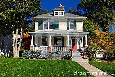 caduta unifamiliare di autunno della casa di stile della