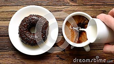 Café con crema y donut almacen de video