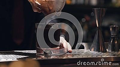 Café de glace qui est versé dans la tasse banque de vidéos