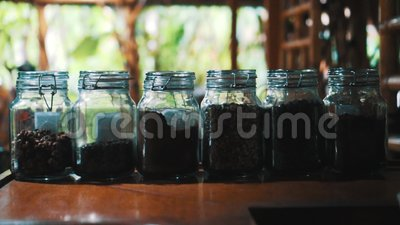 Café en los tarros de cristal almacen de video