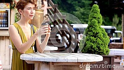 Café potable de belle femme dans un café d'été, dehors Loisirs, appréciant des boissons, voyage, été banque de vidéos