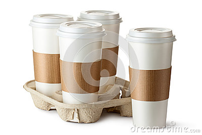 Café quatre à emporter. Trois cuvettes dans le support.