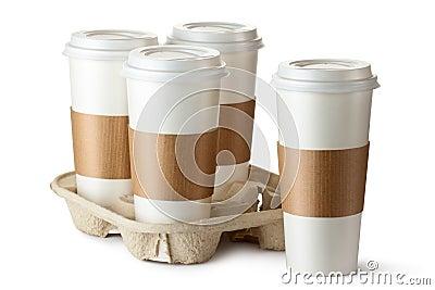Café quatro take-out. Três copos no suporte.