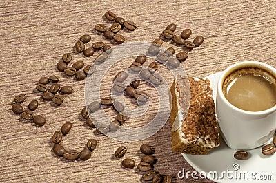 Café fresco escrito en granos de café