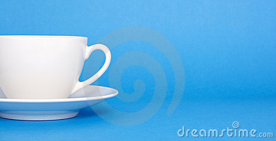 Café no fundo azul