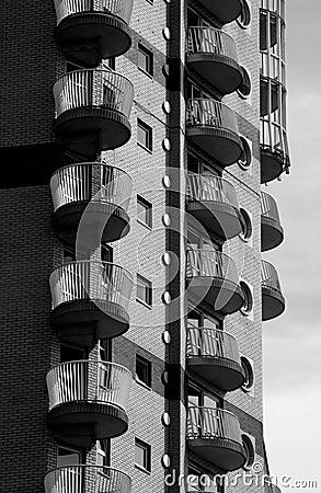 Cais amarelo Londres do bloco de apartamentos