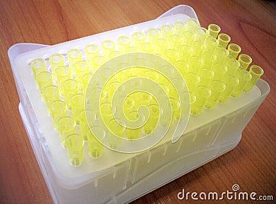 Caixa com pontas do plástico da pipeta do laboratório