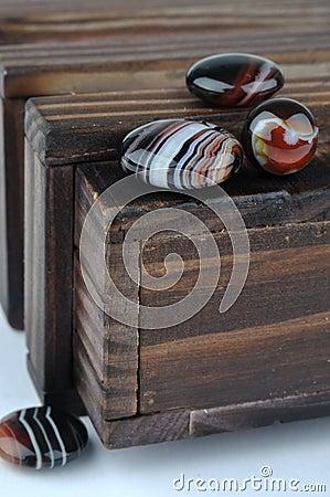 Caixa de madeira e ágatas