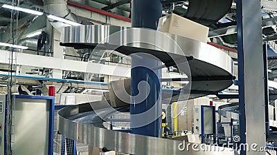 Caixas de cartão na correia transportadora na fábrica grampo Linha de produção em que as caixas se movem em uma espiral video estoque