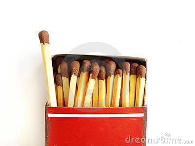 Caja de fósforos vieja y un matchstick hacia fuera