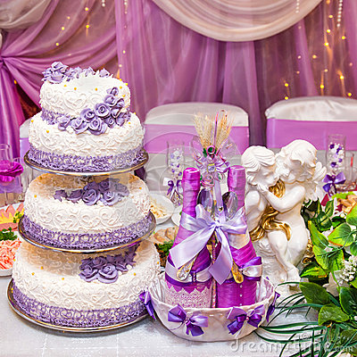 Free Cake And Bottles Of Wine On A Decorated Wedding Table Stock Images - 47161354