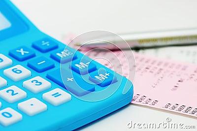 Calcolatore blu e fatturazione