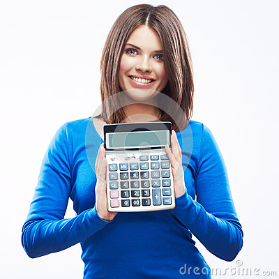 Calculadora digital da posse da jovem mulher. Branco modelo de sorriso fêmea
