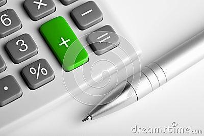 Calculator en pen. plus groene gekleurd knoop