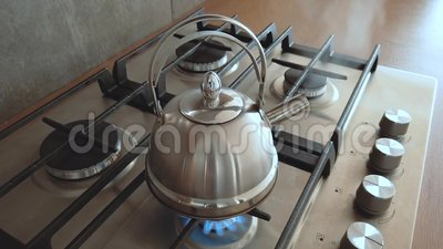 Caldera de acero que hierve en una estufa de gas de casa, agua de hervir para té vapor interior metrajes