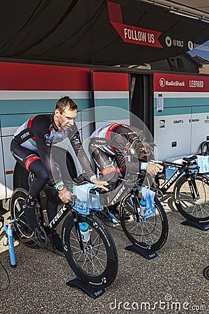 Calentamiento de los ciclistas Imagen de archivo editorial