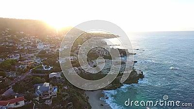 Califórnia, Estados Unidos, vista aérea de casas de praia ao longo da Costa do Pacífico em Califórnia Bens imobiliários durante o filme