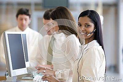 Call centre met glimlachende vrouw