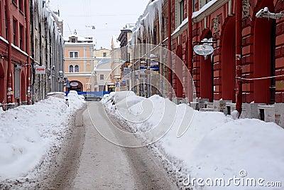 Calle bajo nieve en St Petersburg Imagen editorial