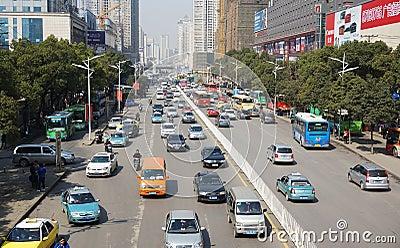 Calle con los coches en Wuhan de China Foto de archivo editorial