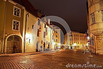 Calle de la noche en la Tallinn vieja, Estonia
