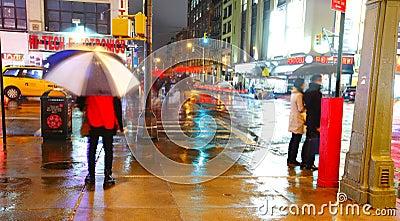 Calle de Manhattan por noche Foto editorial