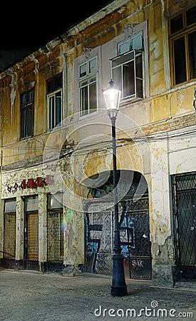 Calle del vintage en la noche en Bucarest