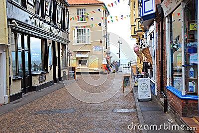Calle lluviosa de las vacaciones. Imagen editorial