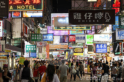 Calle muy transitada en Hong-Kong Imagen de archivo editorial